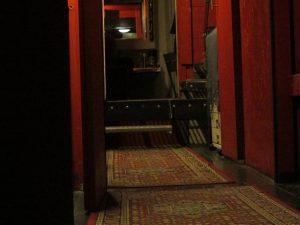 un couloir de théatre est peint en rouge
