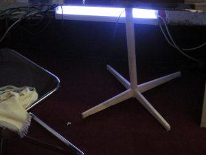 le sol d'une loge de théatre est éclairée par un néon